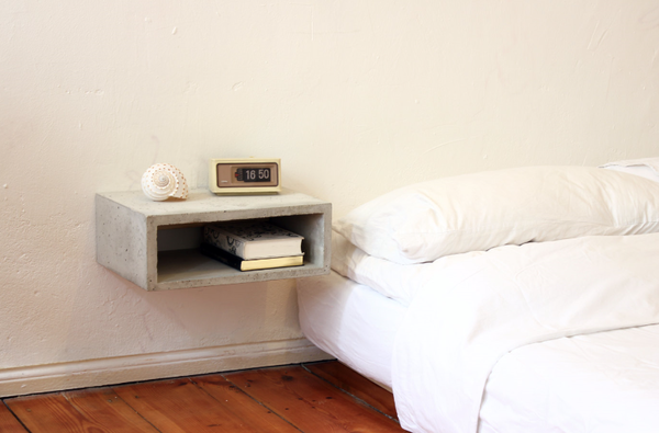 mesita de noche - hormigón arquitectónico en el dormitorio