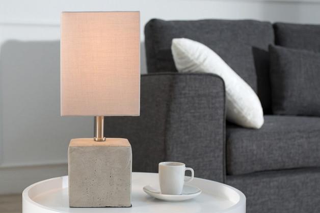 lampara de hormigón en el salón