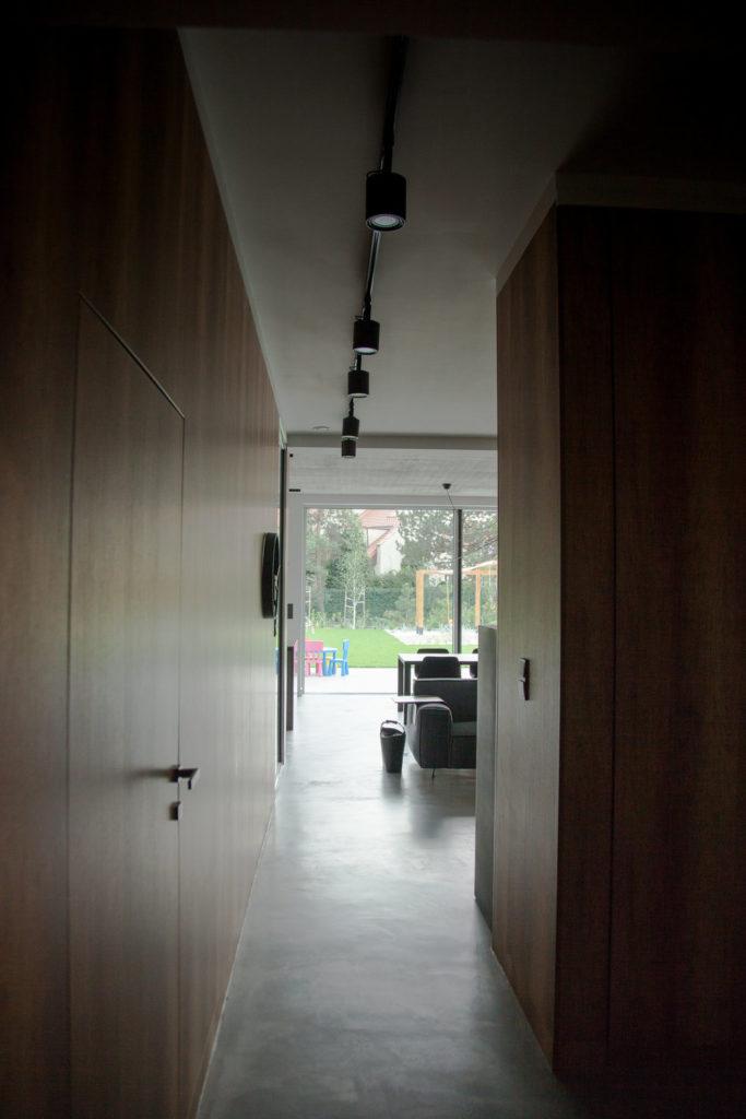 Piso de microcemento en una casa particular moderna