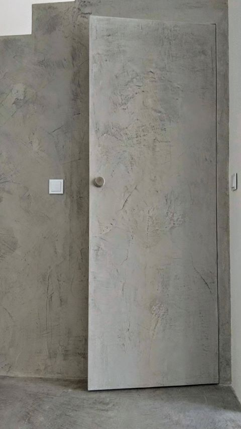 puerta revestida de microcemento