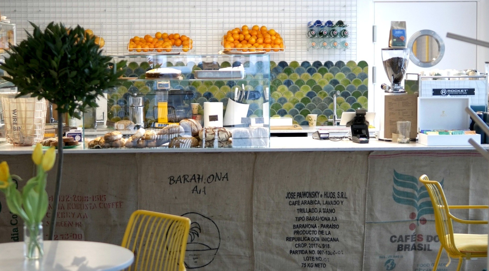 Cafetería con suelo de microcemento