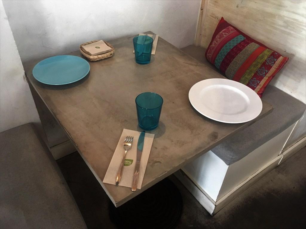 encimera de mesa de microcemento en un restaurante