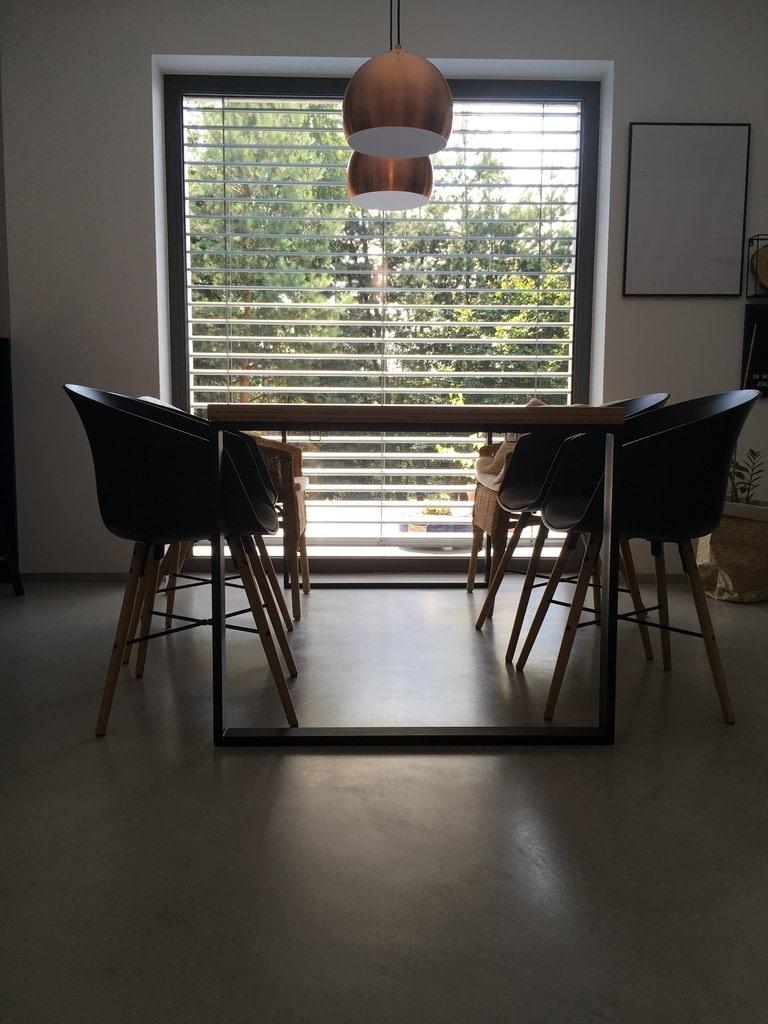 Cuarto de estar industrial con piso de microcemento